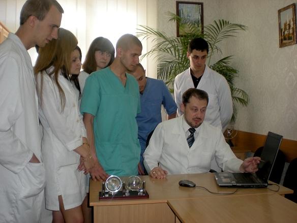 Подпись:    Розбір клінічного випадку з гуртківцями  проводить керівник гуртка ас. к.мед.н. О.І. Троян