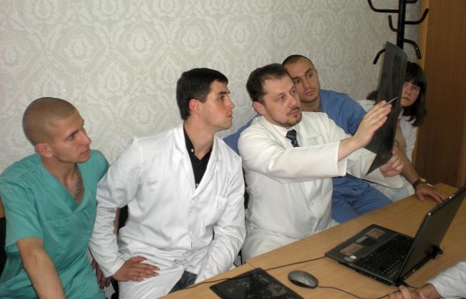 Подпись:      Засідання гуртка під головуванням  асистента кафедри к.мед.н. О.І. Трояна